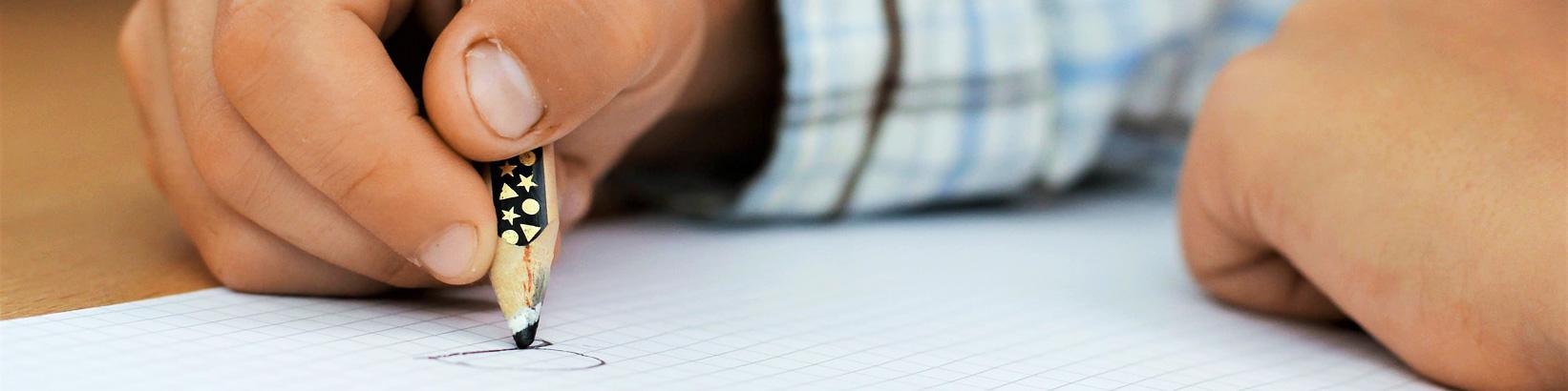 Hand von schreibendem Kind - Grundwortschatz NRW