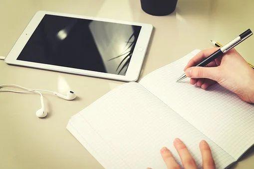 Tablet und Notizblock
