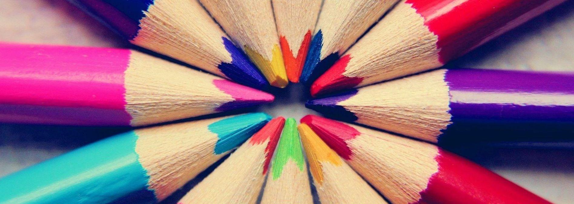 Buntstifte im Kreis bilden eine Gemeinschaft