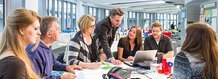 Schüler und Lehrer im inklusiven Unterricht