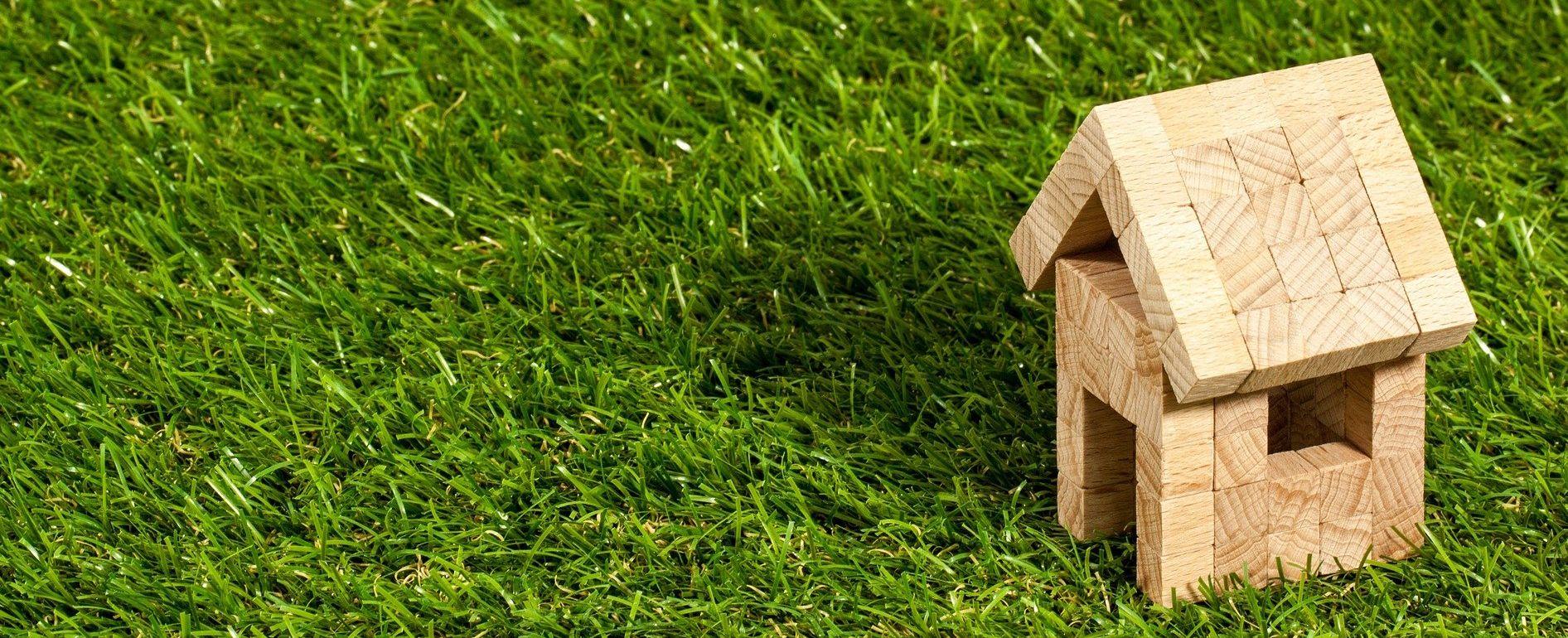 Haus gebaut aus hölzernen Bauklötzen
