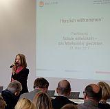 Eröffnung der Tagung durch die Moderatorin Gisela Steinhauer im Plenum.